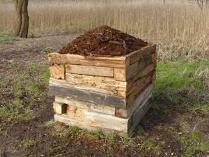 Block aus Holzbalken, darüber morsches Holz