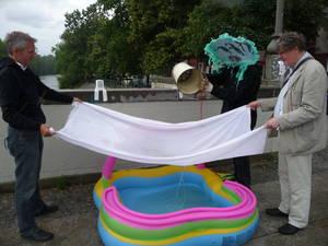 Badewasser machen. Mann mit Pinguinmaske gießt Kanalwasser durch Tuch in Pool