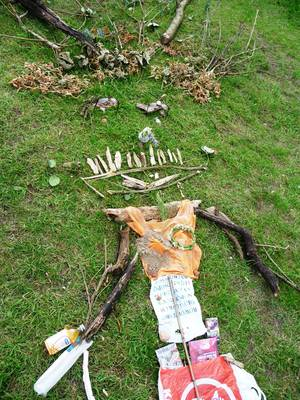 Die Frau aus der Hasenheide aus natürlichem und künstlichem vorgefundenem losen Material