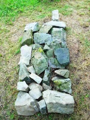 Granitsteine auf Wiese zu Handy geformt