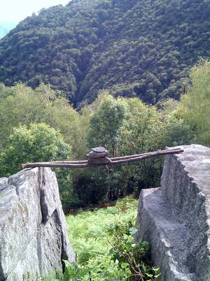 Steine auf Stöcken zwischen Felsen