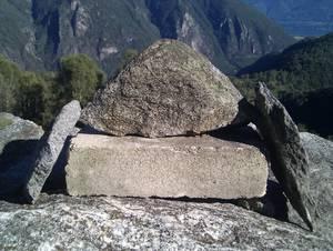 Drei Natursteine auf Kunststein