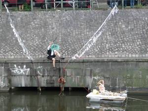 """Kanaldisco Piguinmann angelt Würste hinter die """"Lorely"""" singender Meerjungfrau"""