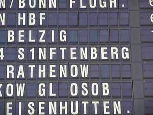 Senftenberg  Sich bemühnde defekte Anzeigetafel Berlin Ostbahnhof