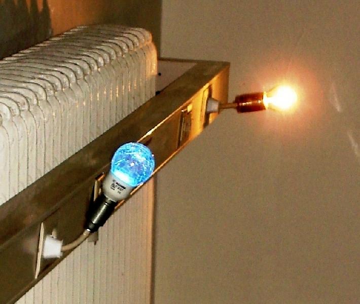 Installation: Energiewandel, 2008, Berlin, 30m, Büroraum, 11 Glühbirnen, LED-Farbwechselbirne, Bewegungsmelder. Energiewandel bewegt