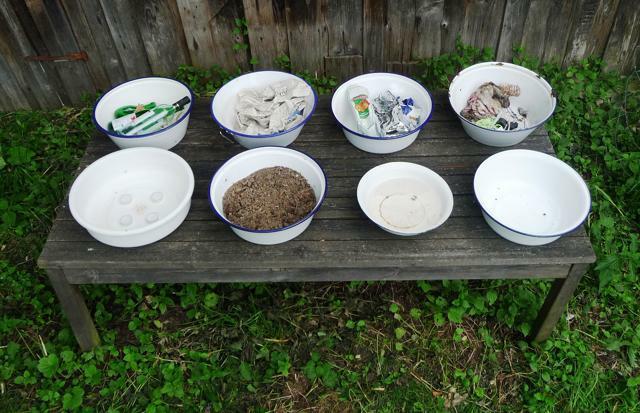 Installation: Die acht Elemente. 2009, Kalteneck, Waldenreuthermühle, 1 x 2 x 0,2 m, Emailleschüsseln, Kerzen, Erde, Wasser, Luft, Papier, Glas