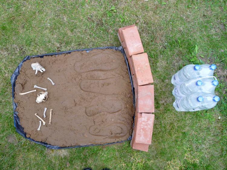 Installation: Sixpack. 2010, Parchim / Stralendorf, 1,60 x 0,80 m, Sand, Knochen, Mauersteine, Wasserflaschen