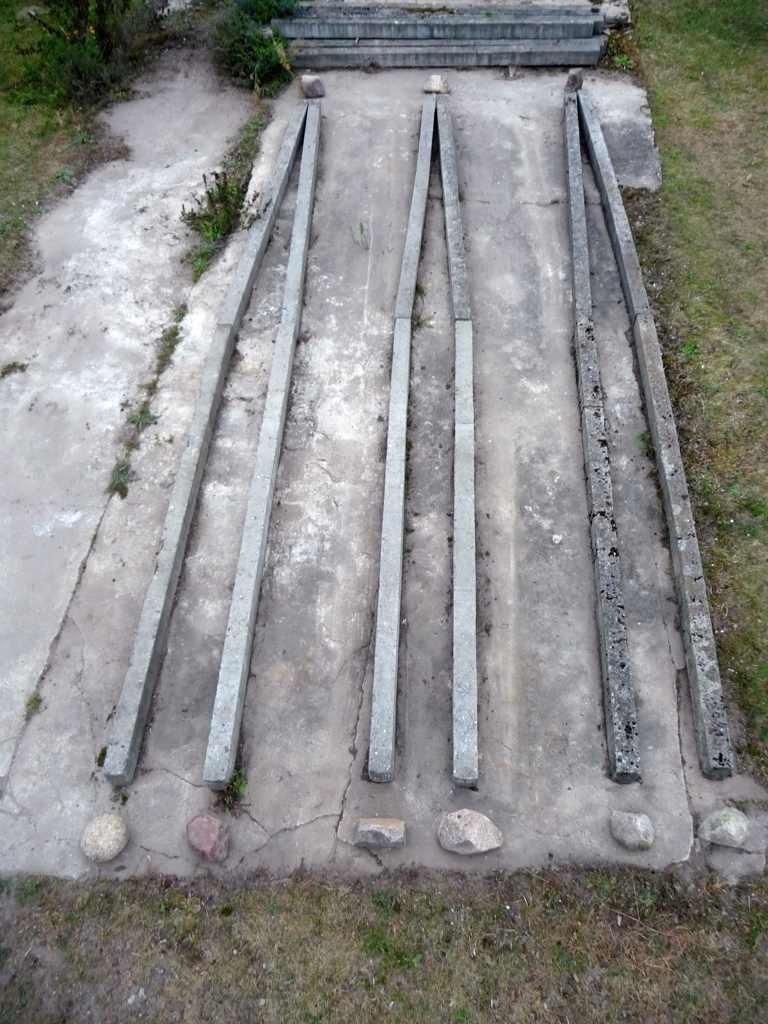 Bau. 2012, Steinhöfel, 3 x 5 x 0,3 m, Betonpfähle, Natursteine, Betonplatte