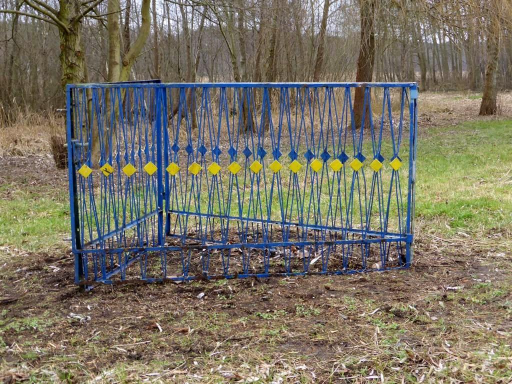Ost-West-Gitter, 2015, Storkow (M), Tor und Tür aus Stahl aus DDR-Zeit, lokales Design, 2,30 x 1,30 x 1,10 m