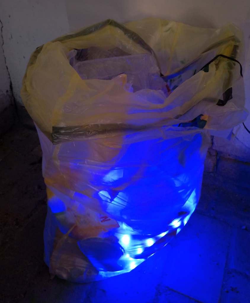 Der Gelbe Sack. Tom Albrecht, 2020, Storkow (M), Verpackung, Gelber Sack, LED-Streifen mit Elektronik, Bewegungsmelder